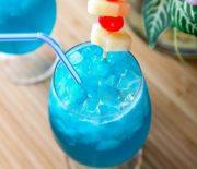 Cách pha chế cocktail blue hawaiian sôi động mùa hè